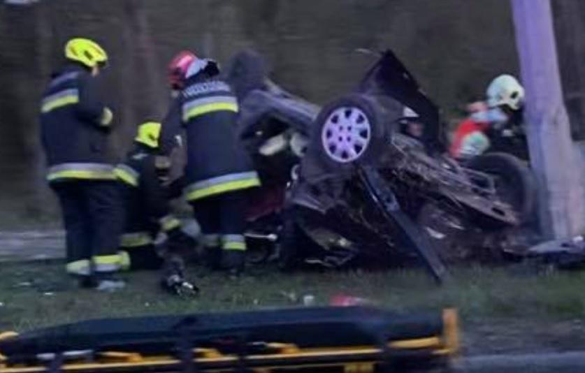 Ittasan kerítésnek hajtott és felborult autójával egy férfi Piliscsabán- Utasa meghalt, a sofőr megpróbált elmenekülni