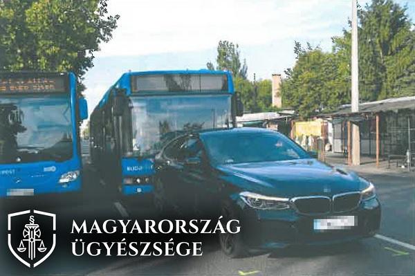 FOTÓK: Letöltendő börtönt kért az ügyészség egy busz előtt büntetőfékező autósra