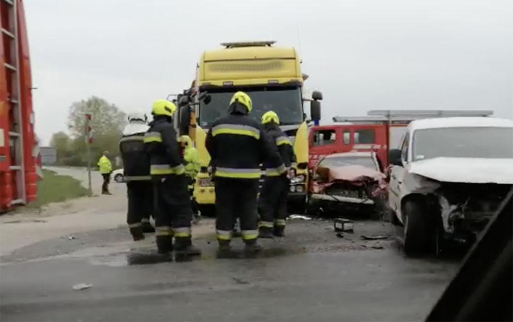FOTÓK: Kamion és két autó ütközött az 51-es főúton. Hatalmas a dugó mindkét irányban