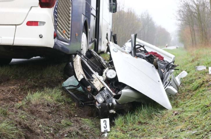 VIDEÓ: Frontálisan ütközött egy nagy sebességgel előző autós egy busszal – a sofőr azonnal meghalt