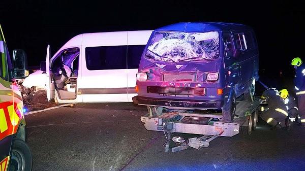 Elaludt a sofőr, aki autójával átszakította a szalagkorlátot és összeütközött egy másik járművel az M5-ösön,