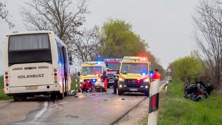 FOTÓK: Műszaki hibás autója mellett állt a férfi, mikor egy busz az autójába csapódott és őt is elgázolta