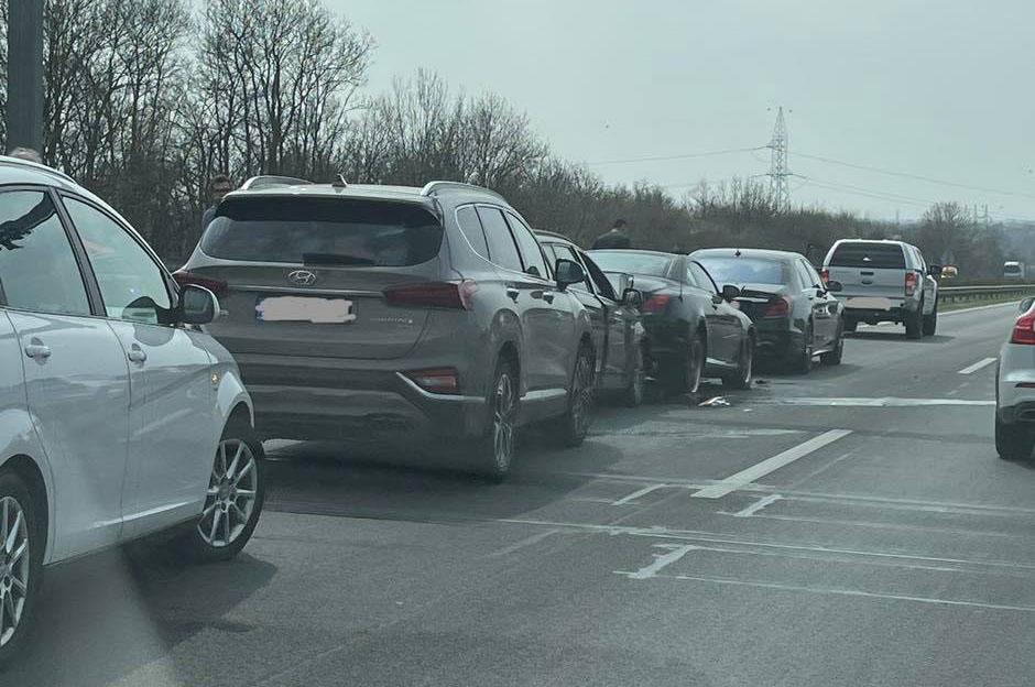 Kiderült, hogy Bereczki Zoltán és várandós párja, Bata Éva is részese volt az M7-es autópályán történt mai balesetnek