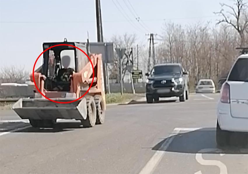 VIDEÓ: Kb. 10 éves gyermek vezette forgalomban a bobcatet