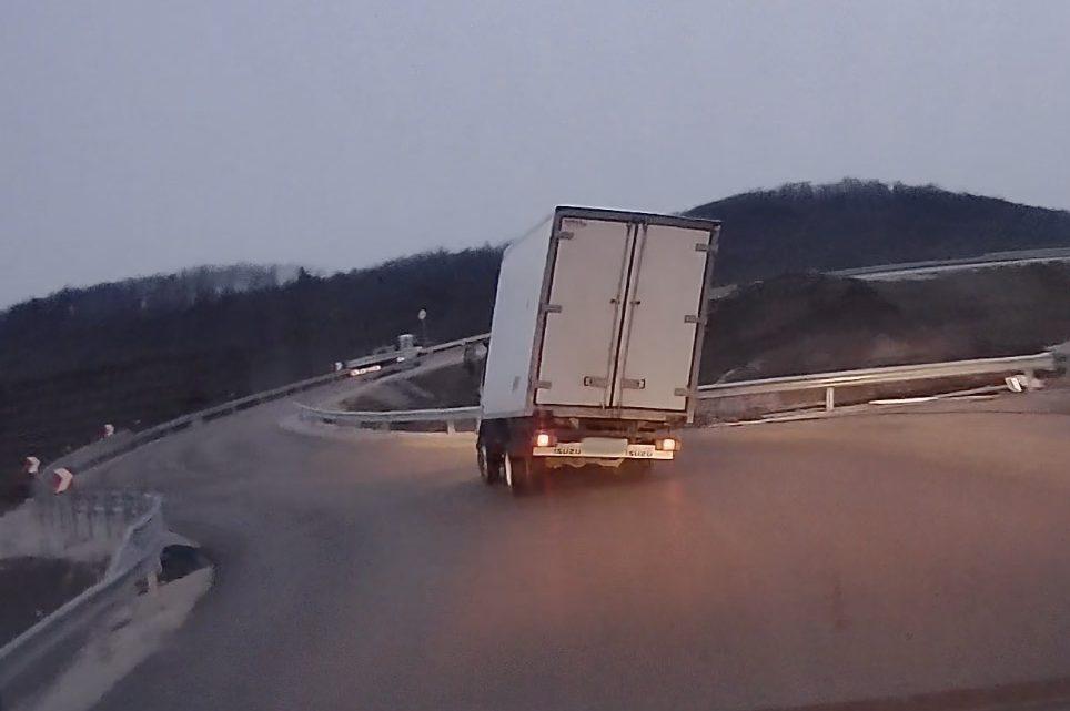 VIDEÓ: Nem ment gyorsan, de így is majdnem felborult a kisteherautó Isaszegnél