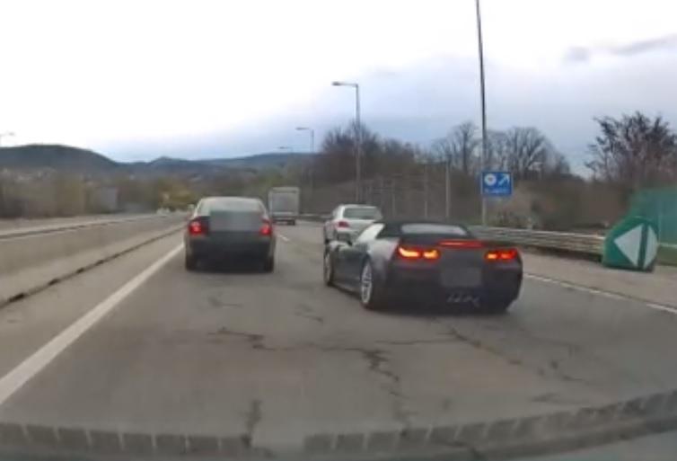 VIDEÓ: Versenypályának képzelte a Corvette sofőrje az M7-est – Szinte méterenként váltott sávot
