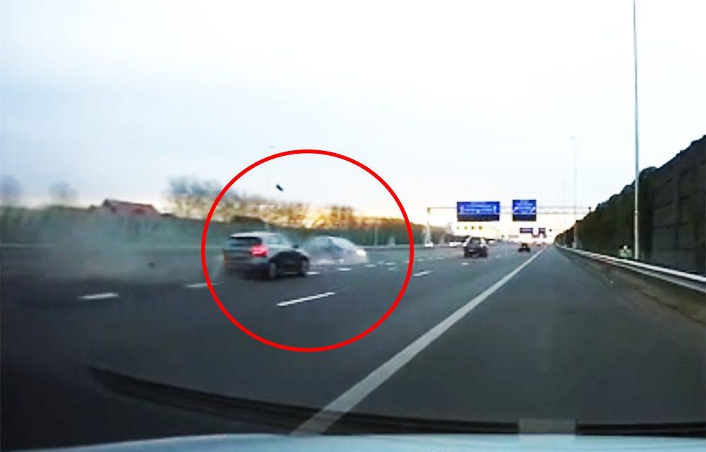 VIDEÓ: Indokolatlanul lassan haladó autós okozott hatalmas balesetet egy hollandiai autópályán
