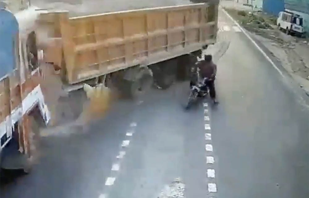 VIDEÓ: Óriási balesetet okozott egy bamba motoros Indiában