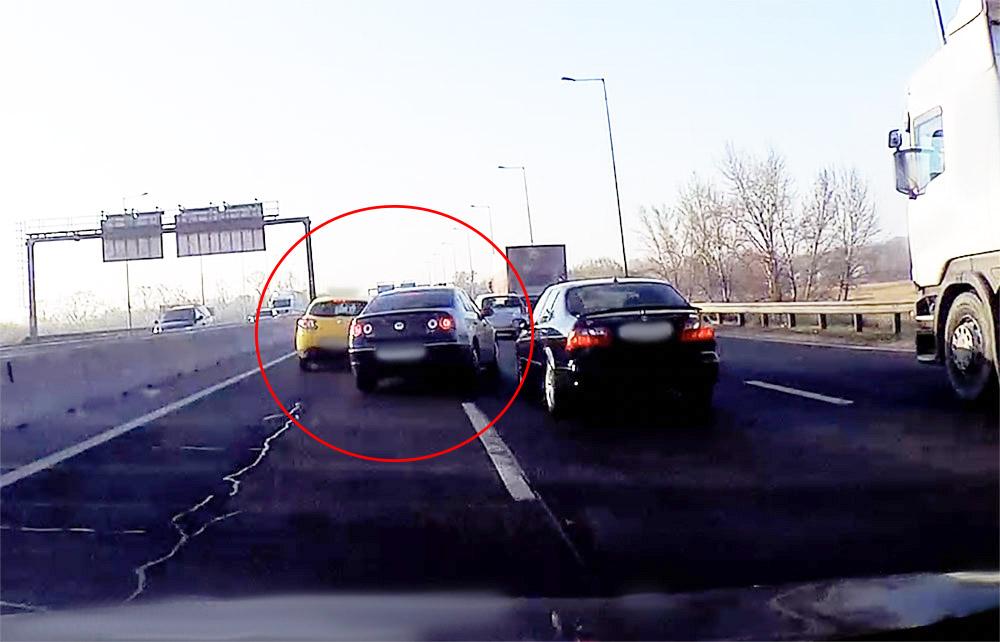 VIDEÓ: Döbbenetes kakaskodást rögzített egy kamera az M5 kivezetőn