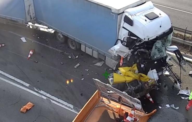 VIDEÓ: Ezúttal egy kamionosnak sikerült letarolnia a Magyar Közút egyik energiaelnyelő berendezését