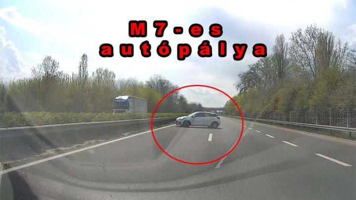 VIDEÓ: Gondolt egyet és megfordult az M7-esen egy autós