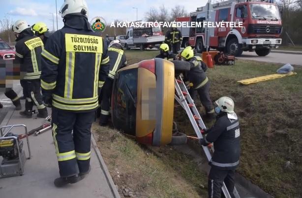 Videót tett közzé a katasztrófavédelem a Solymáron árokba borult autós mentéséről