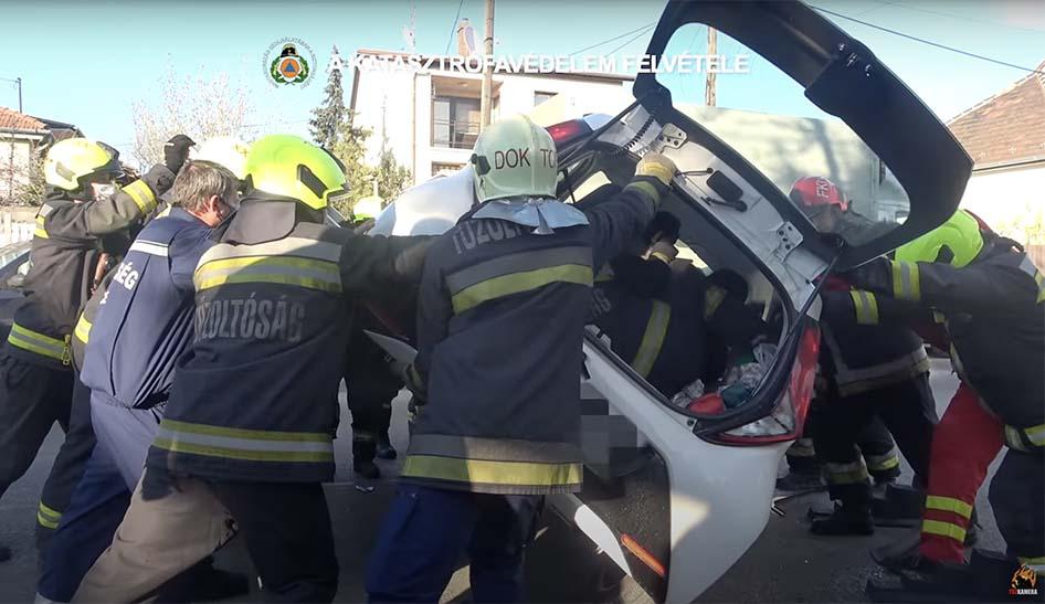 VIDEÓ: A sofőrrel az autóban kellett talpra állítani egy karambolos járművet Csepelen