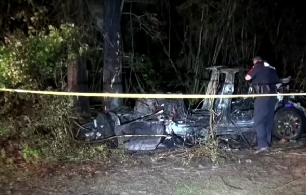 VIDEÓ: Ketten meghaltak, miután fának csapódott egy Tesla – A vezetőülésben nem ült senki
