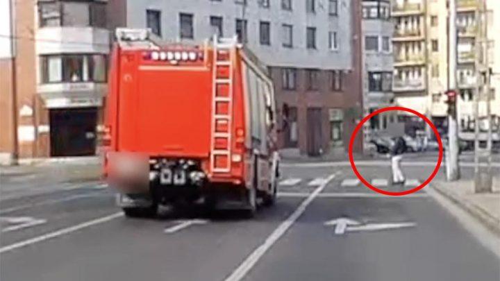 VIDEÓ: Ilyen, amikor satufékez a tűzoltóautó egy figyelmetlen gyalogos miatt