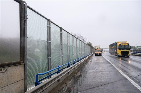 FOTÓK: Biztonsági üveg zajvédőfalat tesztelnek az M7-es autópályánál