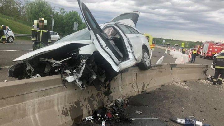 FOTÓK: A pályatesteket elválasztó betonelemnek ütközött egy autós az M6-os autópályán