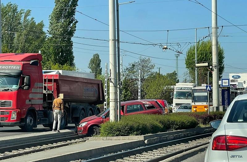FOTÓK: Sínekre futott egy autó a Könyves Kálmán körúton