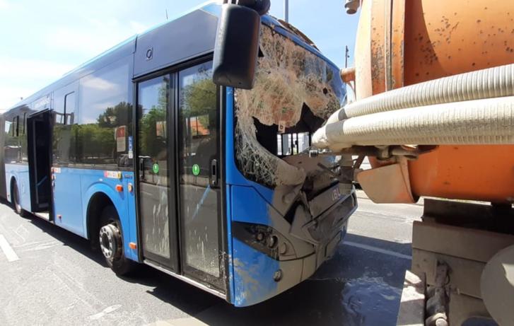 FOTÓK: Szippantókocsi hátuljába rohant bele a HÉV-pótló busz