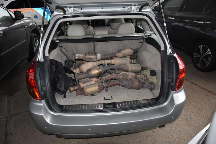 FOTÓK: Kilenc levágott katalizátor volt a külföldi rendszámú autó csomagtartójában