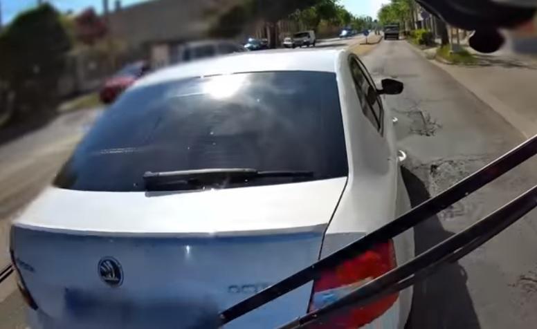VIDEÓ: Busz előtt büntetőfékezett miközben egy kiskorú is ült az autóban – Csattanás lett a vége