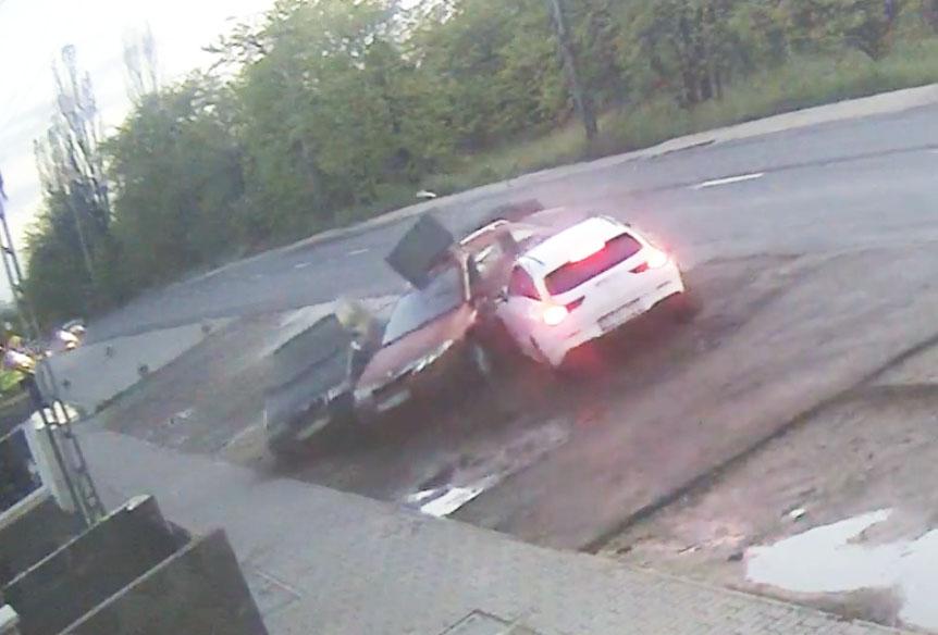 Videón, ahogy két autót letarol valaki egy MOL Limo-s Mercivel Kistarcsán