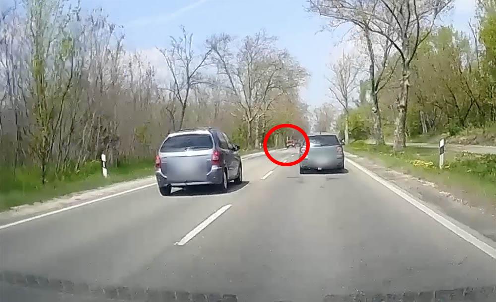 VIDEÓ: Látta, hogy jönnek szemből, lett volna hely, de nem érdekelte