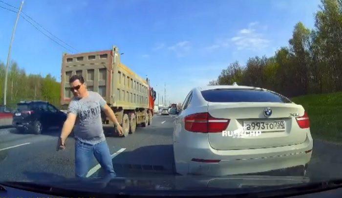 VIDEÓ: Nem engedték besorolni ezért pisztolyt rántott, de beégett, így maradt a büntetőfékezgetés