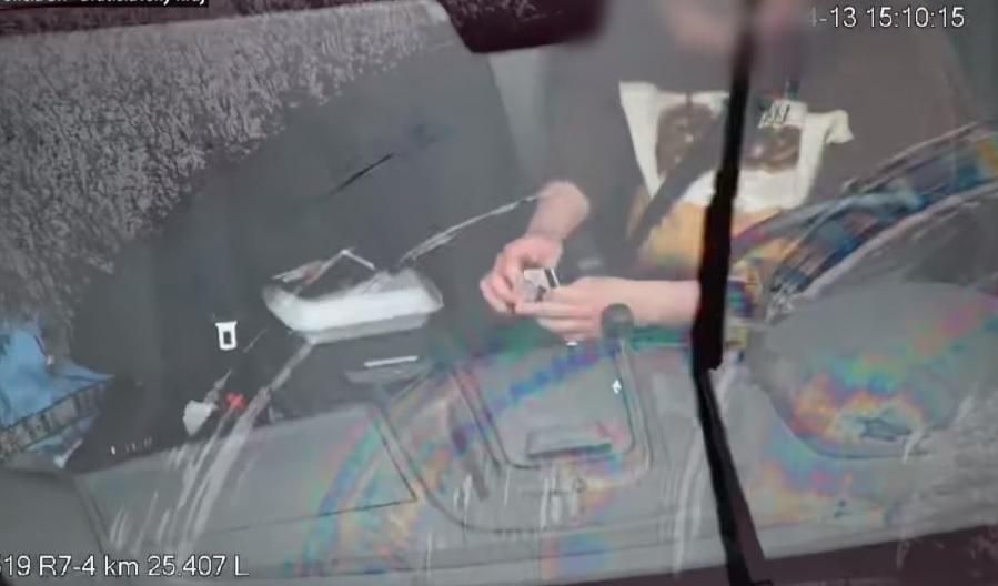 VIDEÓ: Félreállt az autópályán, felszívott egy kis drogot, majd folytatta útját – Térfigyelő rögzítette az egész esetet