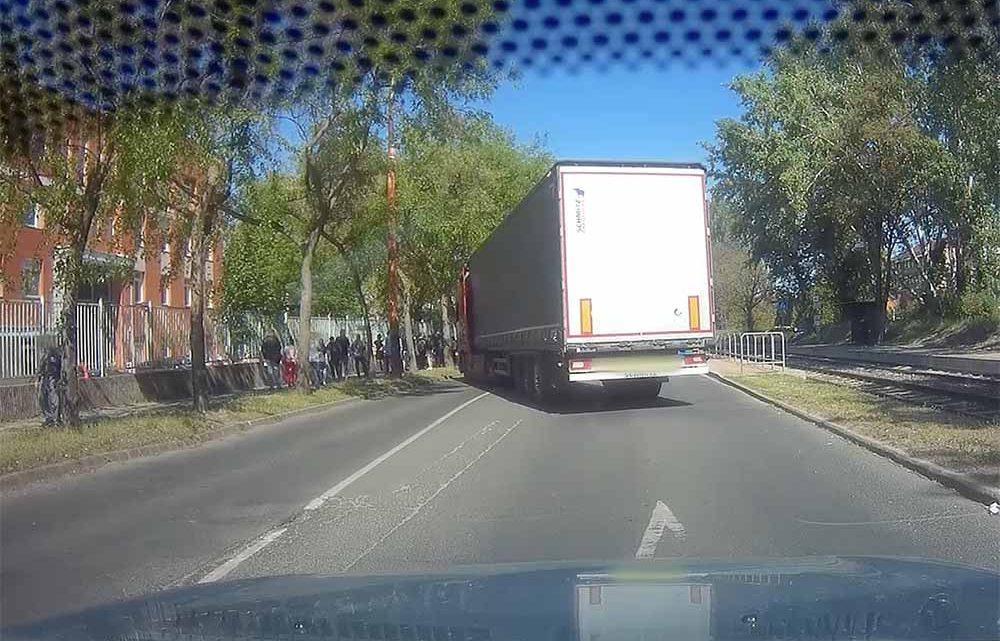VIDEÓ: Ha elfogy a türelem, akkor semmi nem számít. Még egy ekkora járművel, a Maglódi úton sem
