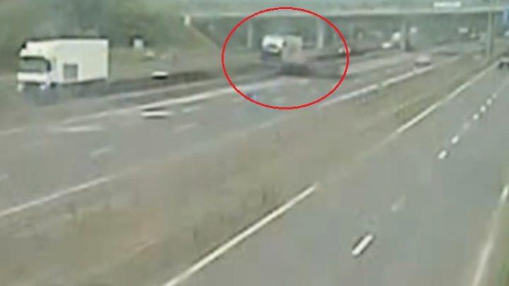 Videón, ahogy egy durrdefektet kapott kamion letarolja az elválasztókorlátot az M0-son