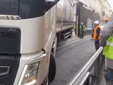 VIDEÓ: Ámulatba ejtő amilyen könnyedséggel beparkolt a kamionos a szinte lehetetlennek tűnő helyre