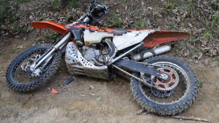 FOTÓK: Az erdőben hagyták súlyos balesetet szenvedett társukat a motorosok – A férfi életét vesztette