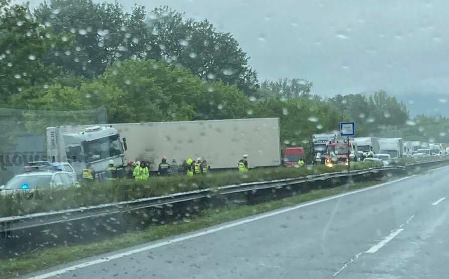 Személyautó és egy nyerges vontató ütközött délután az M1-esen