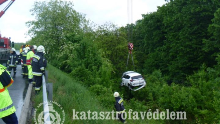 FOTÓK:  Szakadékba zuhant egy autó az M7-es autópálya 117-es kilométerszelvényénél