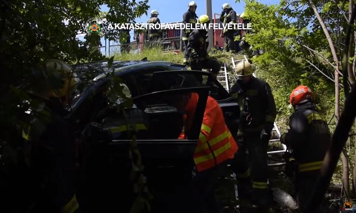 VIDEÓ: Így mentették az autóst, aki szalagkorlátot átszakítva zuhant az út menti árokba a 21. kerületben
