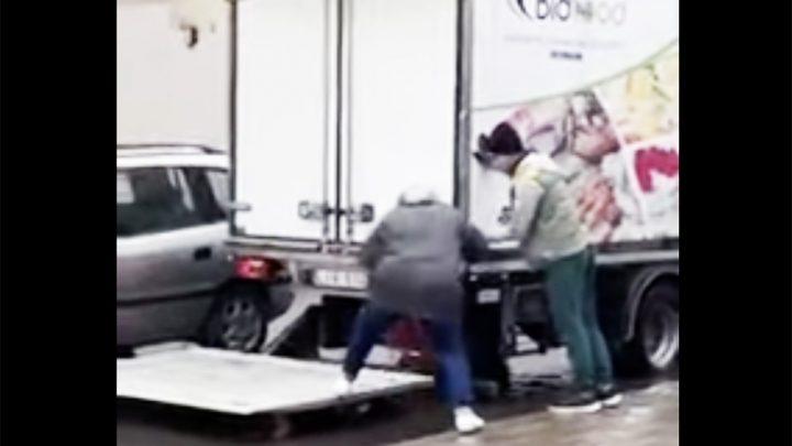 VIDEÓ: Az idős hölgy olyan segítséget kapott a teherautóstól, hogy nehéz feldolgozni
