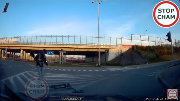 VIDEÓ: A járdáról hajtott az autós elé a rolleres – Ezúttal hatalmas szerencséje volt