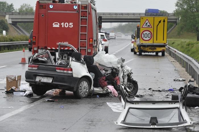 FOTÓK: Terelőautóba csapódott egy autós reggel az M5-ösön – Az autó utasa életét vesztette
