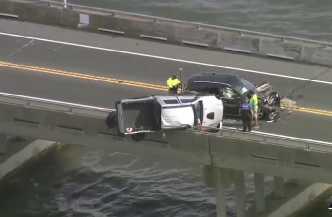 VIDEÓ: Gyereküléssel együtt zuhant a vízbe egy kislány a hídon történt karambol után