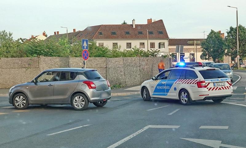 FOTÓK: 50 métert gurult a parkolóból egy autó, amit nem rögzítettek megfelelően
