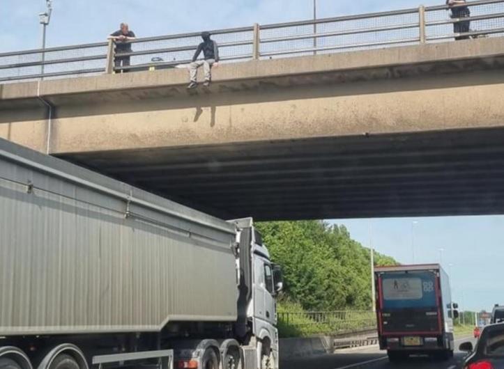 Egy teherautós akadályozta meg, hogy egy fiatal leugorjon a hídról