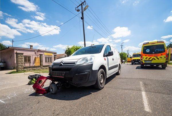 FOTÓK: Halálra gázoltak egy rokkantkocsival közlekedő asszonyt Kecelen