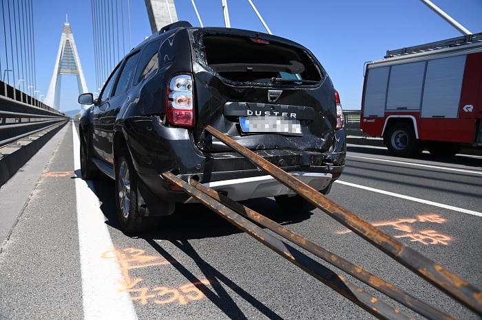 FOTÓK: Tetőcsomagtartóról lerepült vas zártszelvények nyársaltak fel egy autót a Megyeri hídon
