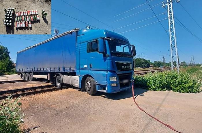 FOTÓK: Sínen ragadt az ittas kamionsofőr, aki nem a kijelölt helyen akart átmenni