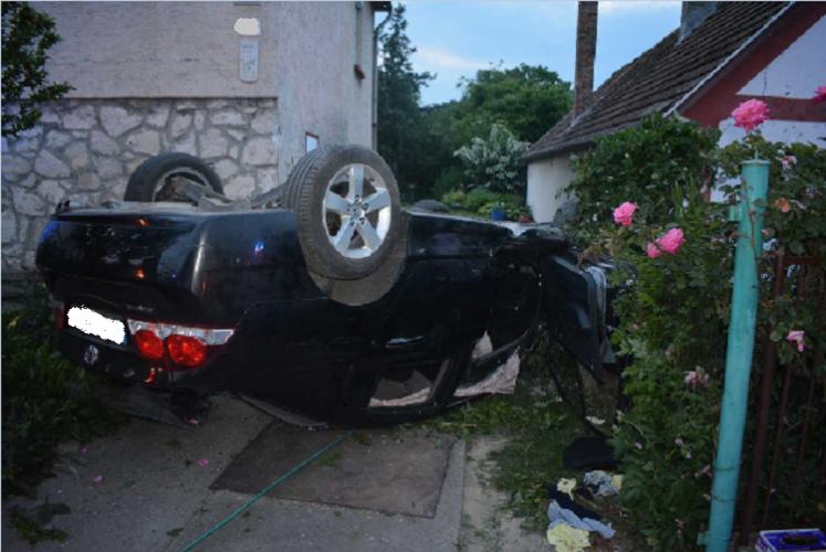 Két épületet is lezúzott, majd autójával felborulva állt meg a ház udvarán egy ittas férfi