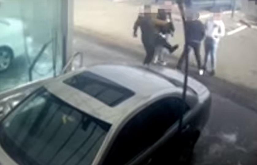 VIDEÓ: Garázdaság miatt kell felelnie egy férfinak, aki egy autómosóban vert meg egy másik férfit