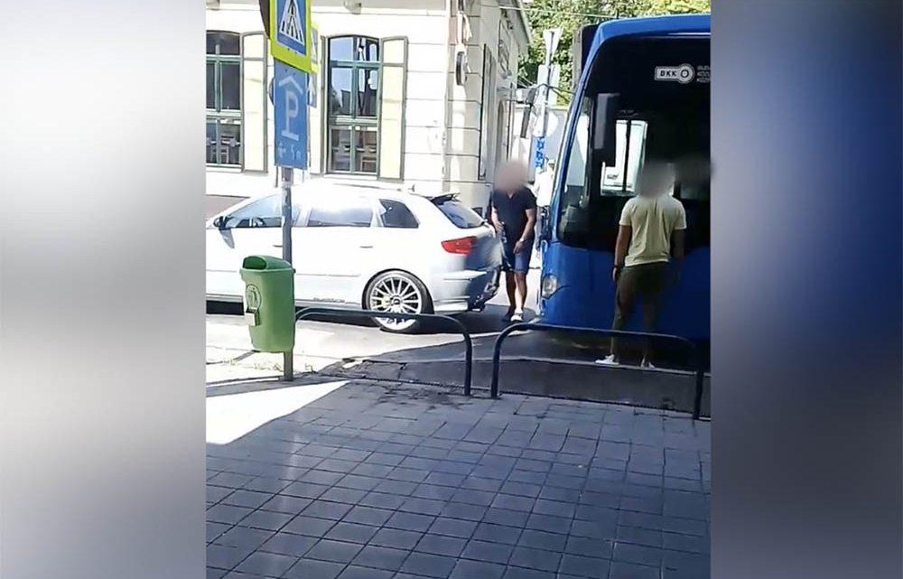 VIDEÓ: Ordenáré módon üvöltöztek a BKK buszvezetőjével, aki nem szállt ki a buszból