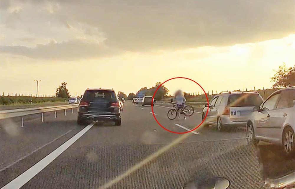 VIDEÓ: Elhagyni a tetőről, majd összeszedni a kerékpárt nem jó móka az M3-ason