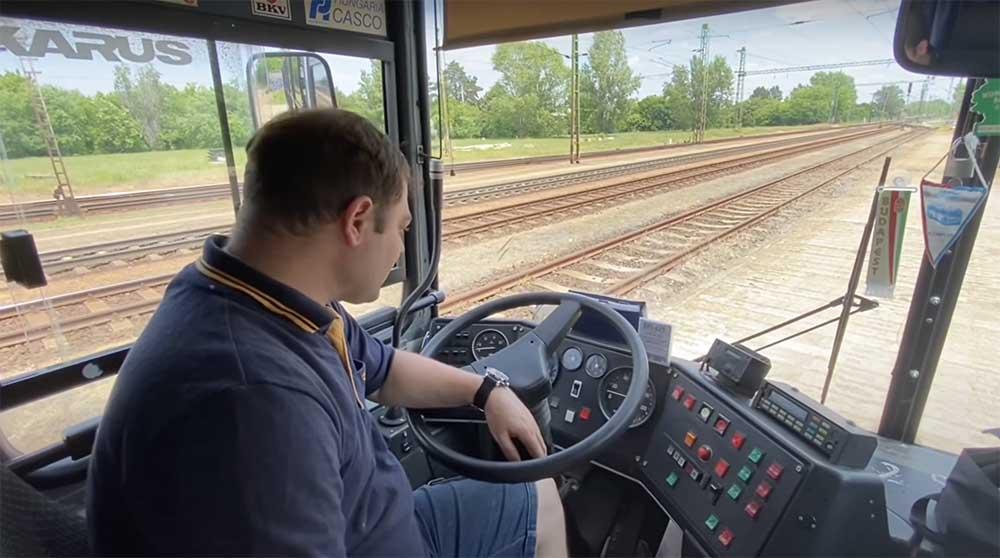 VIDEÓ: Tamás, aki saját Ikarus buszával nyomul, egyébként mozdonyvezető :)